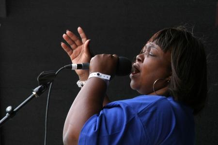 Un miembro del grupo Gospel Los tornados reverentemente canta una canci�n de alabanza poderosa. Editorial