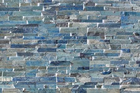 Ladrillos Flagstone formar un patr�n abstracto alrededor de una chimenea Foto de archivo