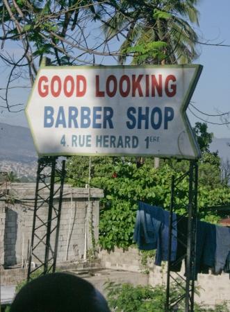 Una se�al de peluquer�a en Port-au-Prince, Hait� Editorial