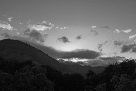 Momentos antes de la salida del sol en las monta�as de los Andes de Ecuador Foto de archivo