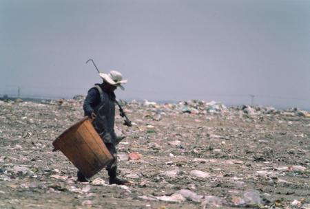 ごみピッカーは、メキシコ市のゴミ捨て場で動作するように歩きます。