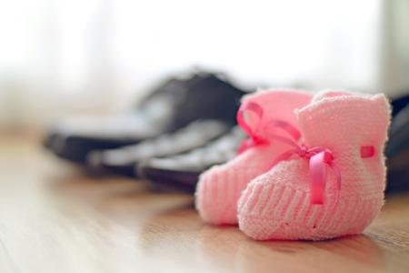 familia unida: Familia zapatos colocados en una fila en un suelo de madera con incrustaciones
