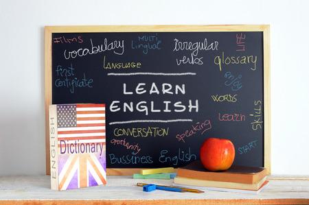 Blackboard in einer englischen Klasse. Einige Bücher und Schulmaterial für das Studium in englischer Sprache in einem Klassenzimmer. Standard-Bild