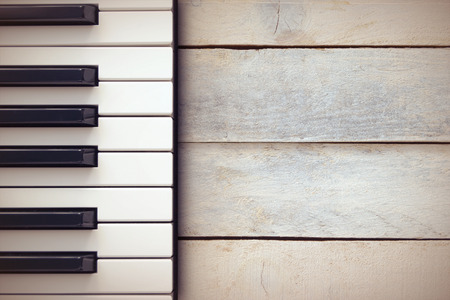 Inspirerende achtergrond met een piano op een houten tafel, terwijl het componeren.