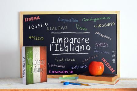 メッセージを学ぶイタリア語 (Imparare l' イタリア語) といくつかの他の言語の単語イタリア語教室の黒板。
