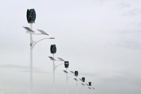 Windturbines en zonnepanelen kracht in een energiecentrale. Bewolkte lucht en lege kopie ruimte voor de inhoud van de redactie.