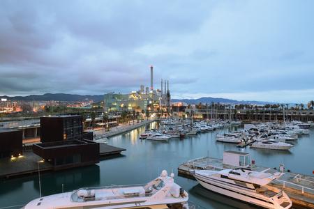 Met enkele reflecties Yachting-haven in Barcelona 's nachts. Leeg kopie ruimte voor de tekst van de redacteur.
