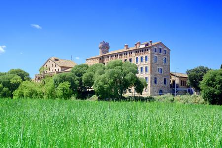 Landbouwtechnologie-onderzoeksinstituut in Caldes de Montbui, Barcelona. Rogge veld en blauwe lucht. Lege kopie ruimte voor de tekst van de uitgever. Stockfoto