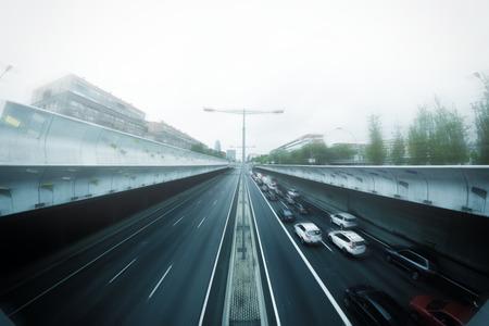 Sommige auto's in een file bij spitsuur in de stad. Een beetje mist en verdwijnpunt. Lege kopie ruimte voor de tekst van de uitgever. Stockfoto