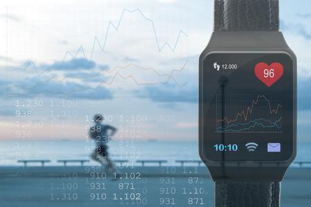 Volgen en volgen van sportactiviteiten met behulp van een smartphone-app. Een persoon die loopt en een kopie ruimte voor de tekst van de redactie. Stockfoto