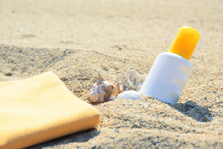 Zonnescherm buis op het zand naast het strand. Lege kopieerruimte voor de tekst van de Uitgever.