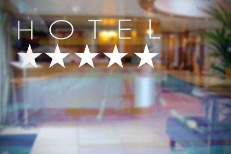 Transparante glazen deur in een luxe vijf sterren hotel ingang. Lege kopie ruimte voor tekst