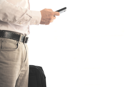 Bedrijfs mens die een aktentas draagt ??terwijl het gebruiken van een mobiel. Lege kopie ruimte voor de tekst van de uitgever. Stockfoto