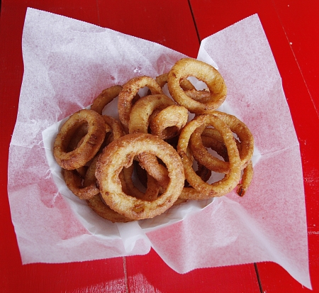 A basket of fried onion rings