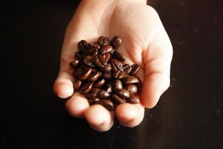 コーヒー豆の一握り 写真素材