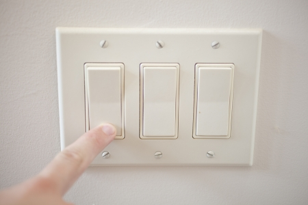 switch on the light: Un dedo de apagar un interruptor de luz.