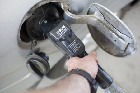 Een gas pomp ingebracht in een voertuig brandstoftank opening