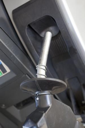 Een benzinepomp bij een benzinestation Stockfoto