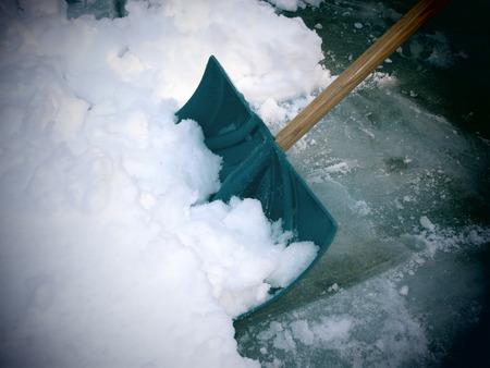 Pelleter de la neige après une tempête de neige Banque d'images - 26081341