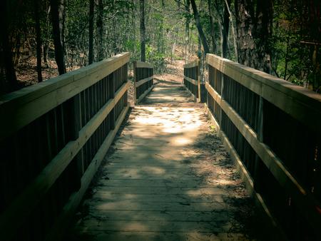 vlonder: Een gefilterde foto achtergrond van houten loopbrug.