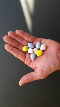 一握りのお菓子は、卵を形 写真素材