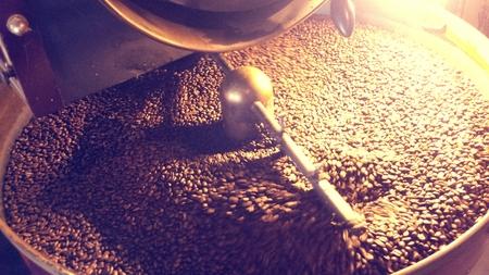 コーヒー豆の焙煎機の周り攪拌されています。