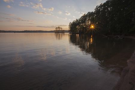 Un tramonto di Lake Norman in North Carolina. Archivio Fotografico