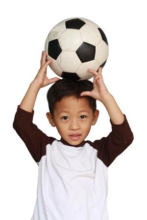 작은 소년과 흰색 배경에 축구