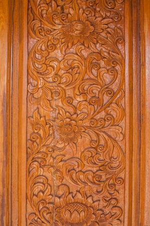 puertas de madera: Puerta de madera tallada. Foto de archivo