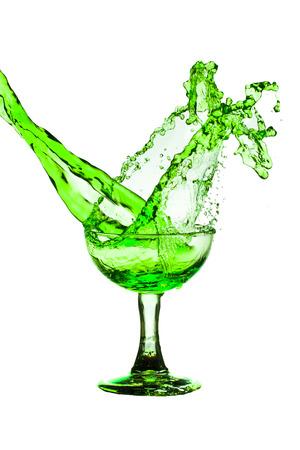 absinthe: Bebida de bienvenida verde de vidrio sobre un fondo blanco.
