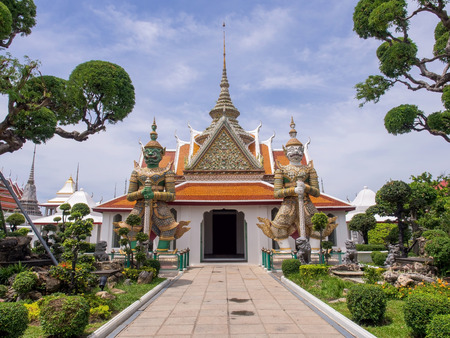 Giant statue, represented gate keeper, at entrance of Dawn temple or Wat Arun, the landmark of Bangkok, Thailand 스톡 콘텐츠
