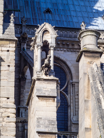 arquitecto caricatura: PAR�S - 28 de septiembre: G�rgola dise�ado para transportar el agua desde el techo hasta lejos de edificios, fue tomada de septiembre 28,2015, en Par�s, Francia.