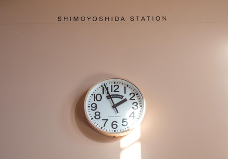 日本: SHIMOYOSHIDA - NOVEMBER 24: Interior decoration and old style design of Shimoyoshida train station, small town near Kawaguchiko, in Japan, was taken on November 24, 2015. 報道画像