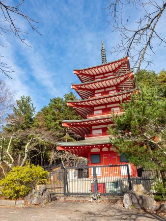5 階建てで赤い塔、Chureito、曇りの青い空の下、日本の河口湖で富士山の近くのランドマーク 報道画像