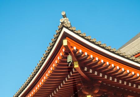 日本では、浅草寺、浅草、東京の青い空の下屋根の日本美術 写真素材