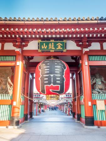 東京 - 11 月 27 日: 卓越したランドマーク日本美術の巨大な赤い提灯雷門、浅草寺の入り口で 2015 年 11 月 27 日に撮影された、東京都浅草にて。
