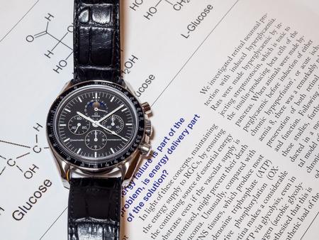 cronógrafo: BANGKOK - 31 de mayo: Omega Speedmaster 1866 cronógrafo con esfera de color negro fases de la luna, uno de los relojes de lujo más favorito