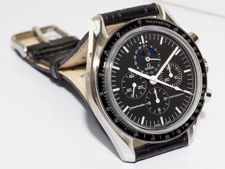cron�grafo: BANGKOK - MAY 31: Omega Speedmaster 1866 chronograph with moon phase black dial, one of the most favorite luxury watch