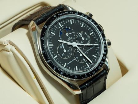 cronografo: BANGKOK - 31 de mayo: Omega Speedmaster 1866 cronógrafo con esfera de color negro fases de la luna, uno de los relojes de lujo más favorito