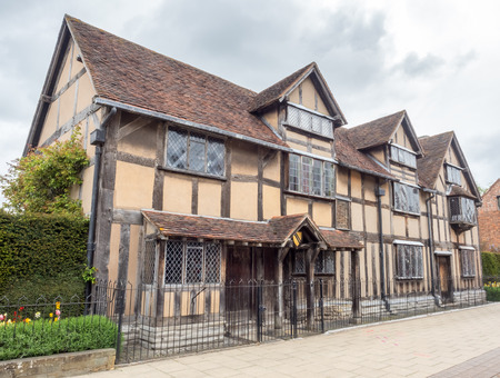 english famous: STRATFORD - MAY 20: Shakespeare birthplace house in Stratford-upon-Avon in England, the most famous English poet home town, under cloudy sky on May 20, 2016. Editorial