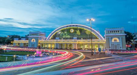 BANGKOK - 24 de julio: celebración del Centenario de Hualampong, la estación central de tren en Bangkok, Tailandia, con la decoración de luz de noche bajo el cielo nublado crepúsculo, el 24 de julio de 2016.
