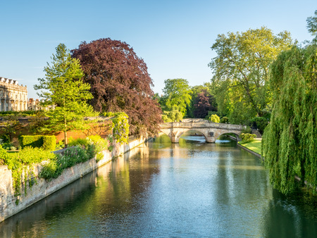 Stone bridge cross Cam river with colorful tree in Cambridge, England 스톡 콘텐츠