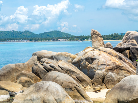 Hin ta, grandpa rock, giant stone  at beach in Samui island, Thailand, under cloudy blue sky Banque d'images