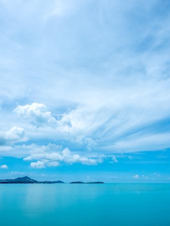 Meerblick am Aussichtspunkt der Insel Samui unter bewölktem blauem Himmel in der Sommersaison, Thailand