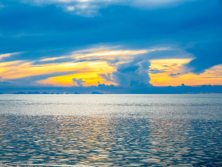 Seascape view under sunset cloudy blue sky in evening twilight time at Samui island, Thailand Stockfoto