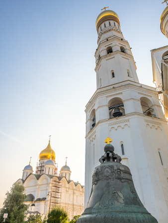 MOSCOW, RUSSIA - SEPTEMBER 5 : Cracked Tsar bell with Ivan the Great Bell tower in Kremlin, Moscow, Russia, on September 5, 2018. 에디토리얼