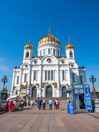 MOSCOW, RUSSIA - SEPTEMBER 6 : Cathedral of Christ the Saviour, front view from bridge cross Moskva river with tourists, Moscow, Russia, on September 6, 2018. 스톡 콘텐츠 - 130821061
