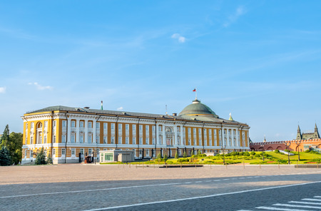 Kremlin senate building, the Russian presidential administration, view from walkway in Kremlin, Moscow, Russia 에디토리얼