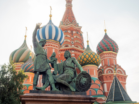 MOSCOW, RUSSIA - SEPTEMBER 6 : Saint Basil Cathedral with Monument of Minin and Pozharsky in Red Square, Moscow, Russia, on September 6, 2018. 스톡 콘텐츠 - 131367242