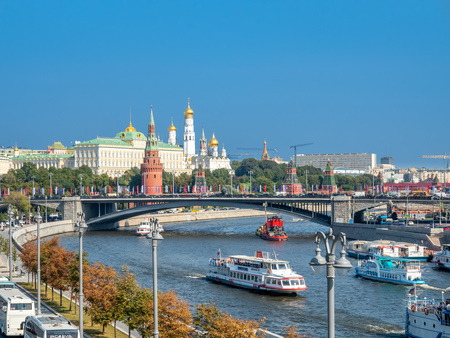 MOSCOW, RUSSIA - SEPTEMBER 6 : Cityscape view of Moscow along Moskva river on bridge near Cathedral of Christ the Saviour in Moscow, Russia, on September 6, 2018. 스톡 콘텐츠 - 131367259